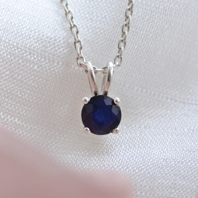Gold pendant with blue saphire EFEMER