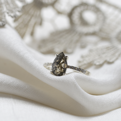 Gold vintage ring with salt and pepper diamond FERGAL
