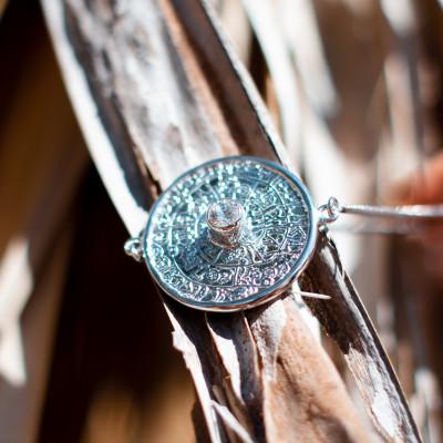 Jedinečný náramek ve stylu mayského kalendáře s českým granátem