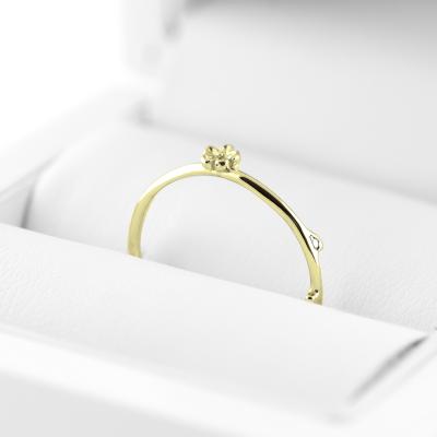 Zlatý prsten ve tvaru sedmikrásky FLOWE