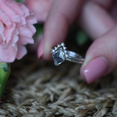 Zlatý prsten s diamantem 0.51 Ct ve velmi originálním osazení ERICA