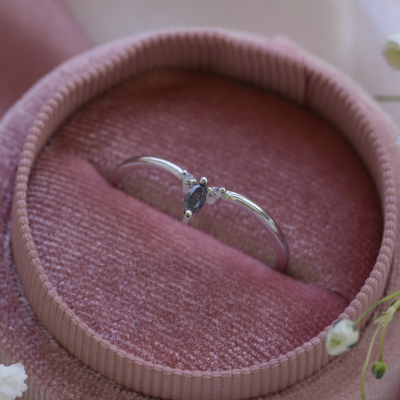 Minimalist ring with salt and pepper diamond and two small diamonds JANIS
