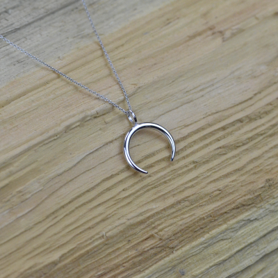 Mystic necklace in the shape of crescent - ANEBY