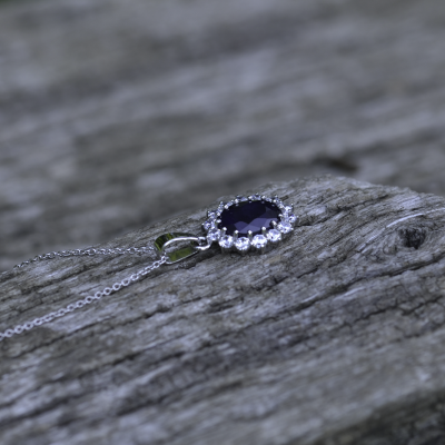 Luxurious pendant with JUFILI diamonds and a sapphire