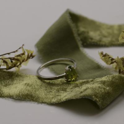 Gold ring with peridot BERTA