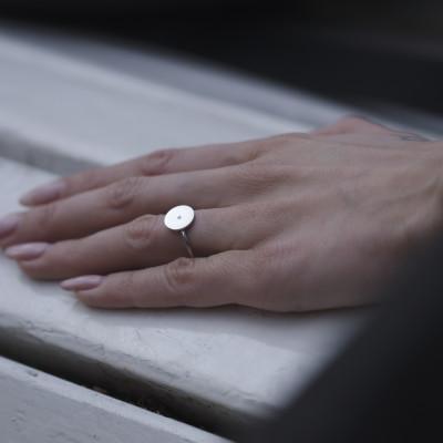 Minimalistický zlatý prsten s gravirováním a diamantem BERY