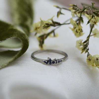 Zlatý minimalistický prsten se safíry CLUSTER