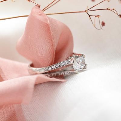 Zásnubní prsten s moissanitem a diamanty  FITA