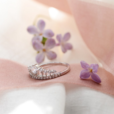HEBO gold engagement ring in the shape of crown