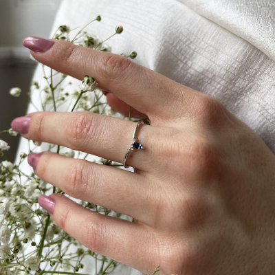 Minimalist ring with sapphire and two small diamonds JANIS