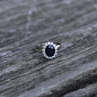 Golden ring with JUFI diamonds and a sapphire