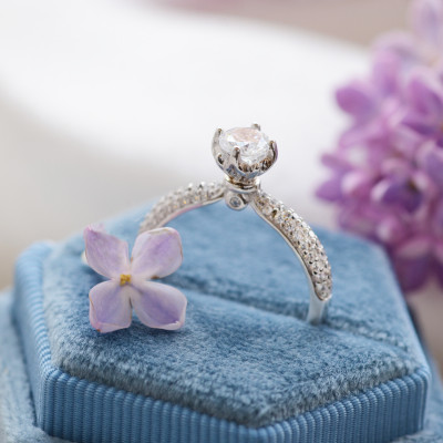 Zlatý zásnubní prsten s diamanty a moissanitem LIVKE