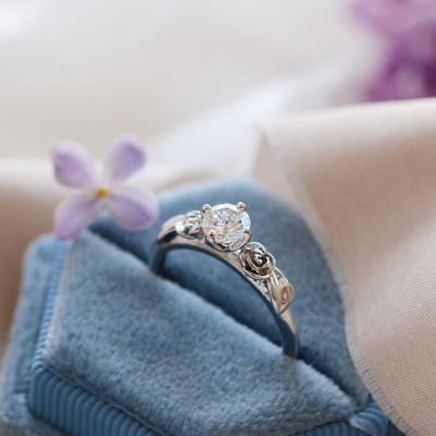 Zásnubní zlatý prsten s moissanitem PENI