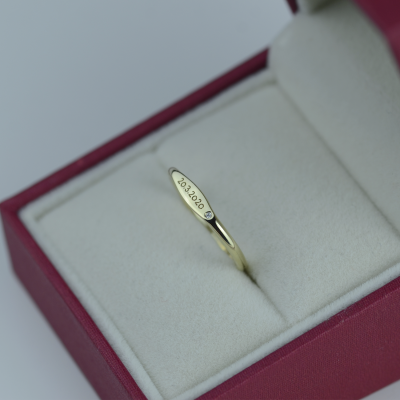 A minimalistic gold ring with optional engraver UNSEK
