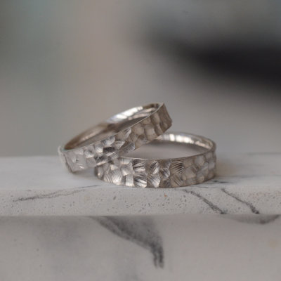 Gold wedding bands with engraved surface PRATO