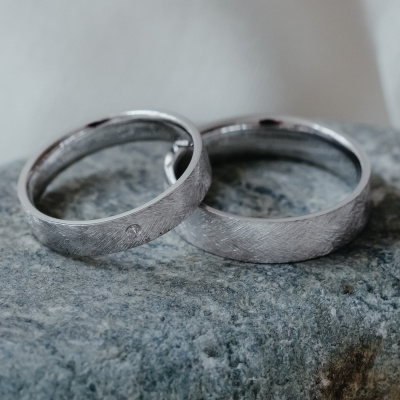 Wedding rings with matte finish with a diamond TOFA